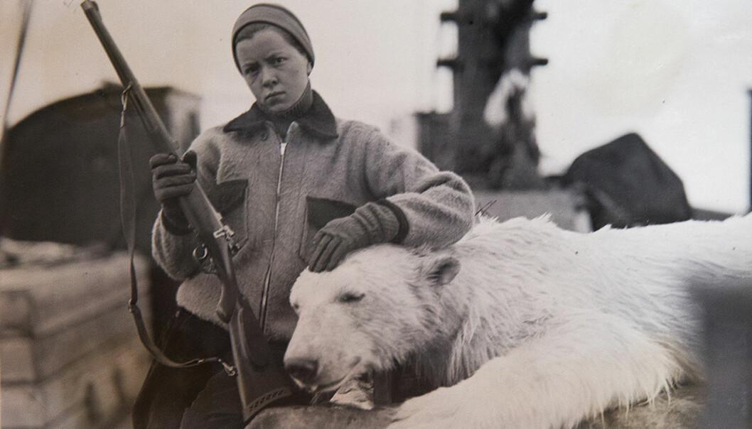 Bildet av Emmy Lou Sutton poserende ved en død isbjørn pirret nysgjerrigheten til førsteamanuensis og daglig leder ved Polarmuseet, Lena Aarekol. Ett av spørsmålene hun stilte seg var: «Poserer tenåringen annerledes enn det menn gjorde da de ble foreviget ved jakttrofeet?»  (Foto: Richard Sutton)