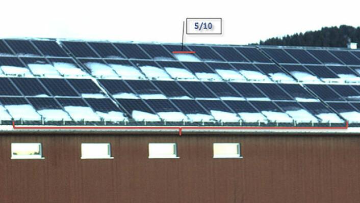 I Norge kan snø legge seg nederst på solcellene. Solcellene er koblet i serie. Skyggen virker derfor som en propp for hele strømkretsen. Dette bildet er fra Norges største solcellepanel på flerbrukshuset Låven på Evenstad, tilhørende Høgskolen i Hedmark. (Foto: Fra masteroppgaven til Anna Pettersen, Institutt for energiteknikk)