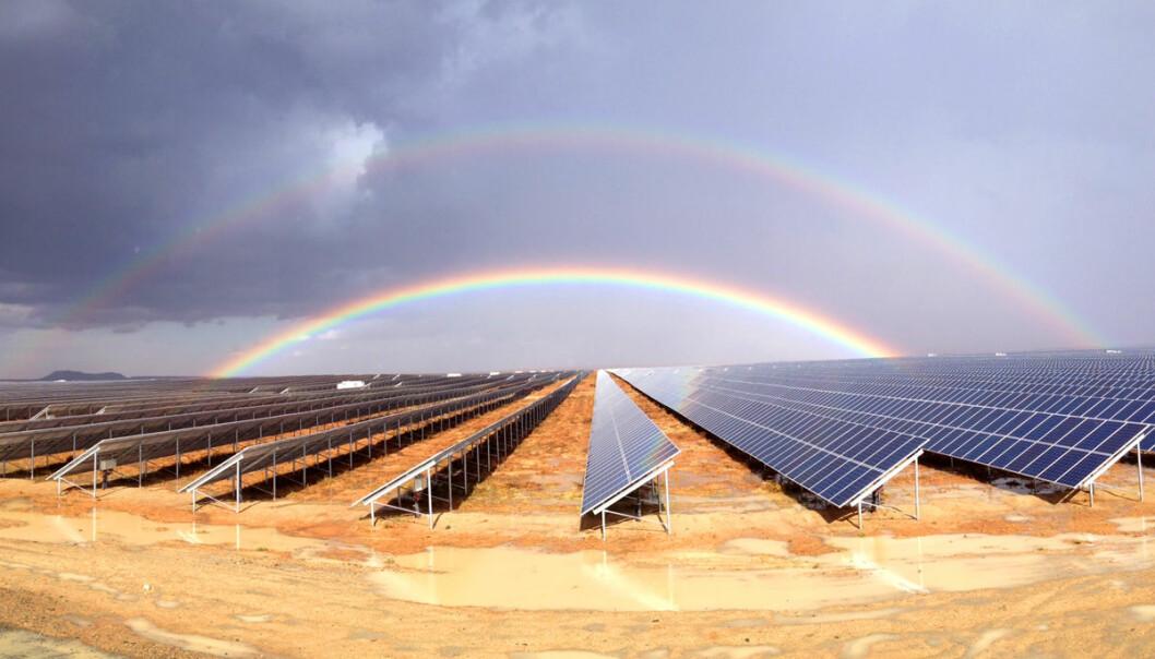 Det norske firmaet Scatec Solar har vært med på å bygge et stort solkraftverk i halvørkenen Karoo. Her skal forskere fra Institutt for energiteknikk nå bygge et testanlegg for å finne ut hvor mye effekt som blir borte når ørkenstøvet dekker cellene. Målet er å bygge en teoretisk modelle som kan brukes til å forutsi tapet også andre steder. (Foto: Scatec/Institutt for energiteknikk)