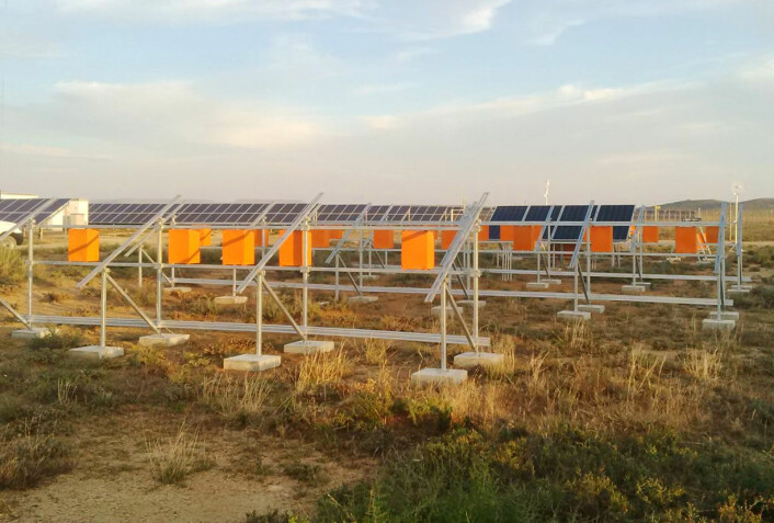 Et testfelt med 24 paneler bygges nå på solkraftverket Kalkbult i halvørkenen Karoo i Sør-Afrika. Anlegget skal blant annet måle vind, nedbør, luftfuktighet og hvor mye lys som dempes av støv på solcellene. (Foto: Institutt for energiteknikk)