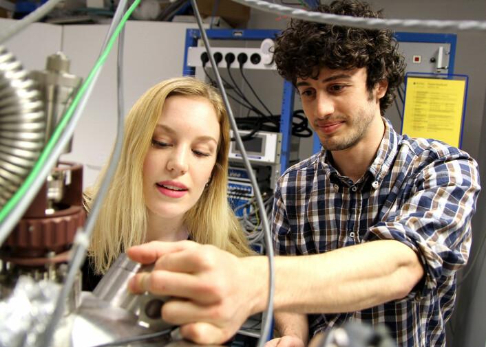 Student Lise Ramlet Østli og stipendiat Federico Mazzola undersøker prøver. (Foto: Per Henning, NTNU)