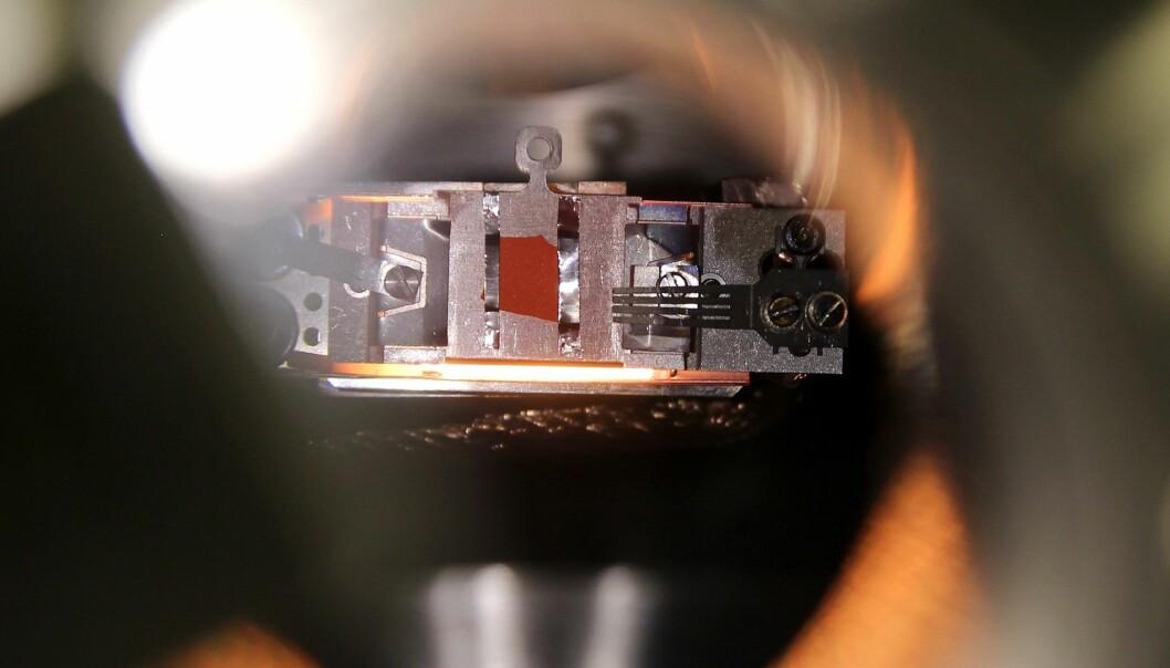 Røntgen fotoelektron-spektroskopi (XPS) er en metode som gjør det mulig å undersøke overflatekjemien til spesifikke materialer. Prøven blir bestrålt med røntgen og frigjør elektroner. Disse elektroner bliver oppsamlet og analysert, og ut fra disse analysene kan man få informasjon om kjemiske sammensetning og bindingsenergier i materialets overflate. (Foto: Per Henning, NTNU)