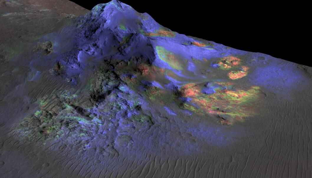 Områder med glass er grønne i dette fargekodede bildet av krateret Alga på Mars. Glasset ble dannet da meteorkollisjoner smeltet stein for milliarder av år siden. Slike glassrester kan inneholde rester av liv, viser lignende funn på jorda. Bildet er laget med data fra den amerikanske romsonden Mars Reconnaissance Orbiter. (Bilde: NASA/JPL-  Caltech/Arizona State University)