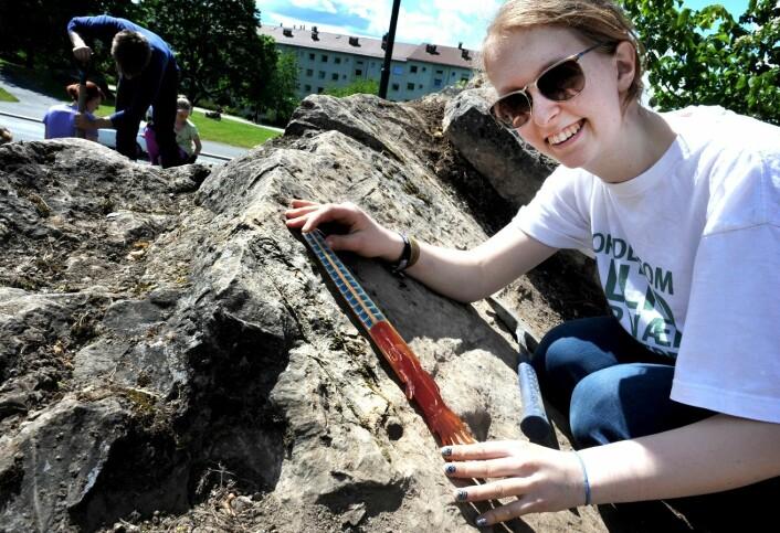 Geofagelev Runa Udbjørg (VG1, studiespesialisering) med en plastmodell som viser hvordan Endocera så ut på innsiden. Morsomt å tenke på at Tøyenområdet lå langt syd for ekvator da blekksprutene levde. De færreste er klar over hvor rikt Oslo er på fossiler.  (Foto: Ram Gupta)