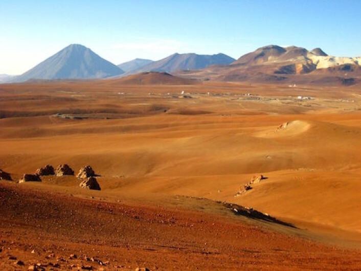Atacama-ørkenen. Utsikt til et annet astronomisk observatorium (Quiet) som har blitt innstallert nettopp her for å oppleve de utmerkete observasjonsforholdene. (Foto: Jostein Kristiansen)