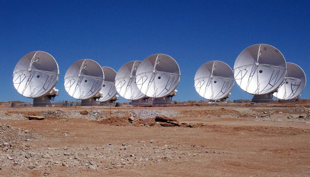Åtte Alma-antenner i aksjon på det 5000 meter høye platået i de chilenske Andes-fjellene. (Foto: Alma, ESO/NAOJ/NRAO)
