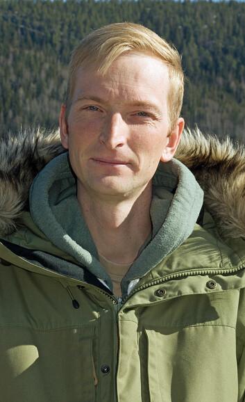 Simen Pedersen prøver blant annet å gjerde inn ungskogen, men er redd for at det blir for dyrt. (Foto: Georg Mathisen)