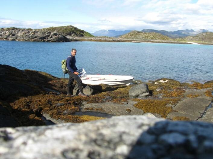 Inn etter veglause fjordar, eller der flatane har lege på øyar, holmar og skjær, har det vore naudsynt med båttransport. (Foto: Michael Angeloff, Skog og landskap)