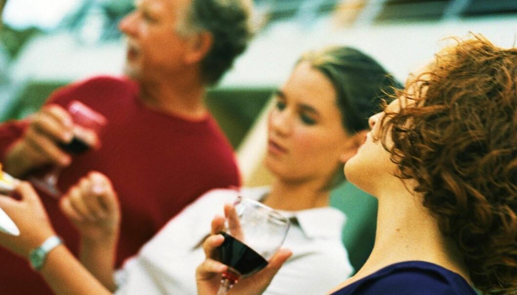 Det er ingen nevneverdig forskjell mellom de som aldri hadde drukket sammen med foreldrene, og de som rapporterte om slik drikking opptil fire ganger i løpet av de siste 12 månedene. (Illustrasjonsfoto: Colourbox)