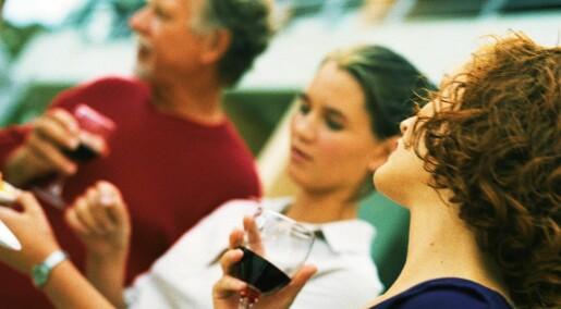Ikke farlig for ungdom å drikke litt med foreldrene