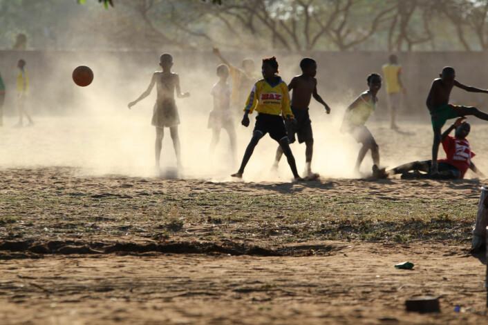 Noen ganger får idrettsbistand utilsiktede resultater som følge av miljøet den skjer i. Det betyr ikke at den er mislykket, mener Hasselgård. Disse barna er mest opptatt av fotballen, i hvert fall akkurat da dette bildet ble tatt. (Foto: Andreas B. Johansen/NIH)