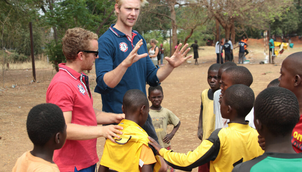 Idrettsbistandsarbeidere med unge fotballspillere i Zambia. (Foto: Geir Owe Fredheim/NIF)