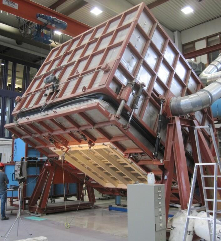 Testing av bygningsintegrerte solceller i vind og slagregn ved laboratoriet på Sintef Byggforsk. (Foto: Sintef)