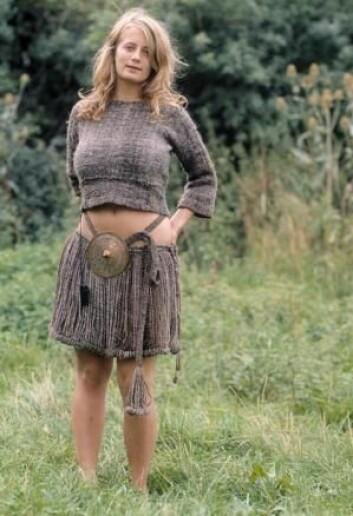 Egtved-jenta levde i bronsealderen og ble begravet for om lag 3400 år siden. Her kan du se en rekonstruksjon av klærne i kisten. Hun har lenge vært Nationalmuseets store stolthet – men dansk er hun altså ikke.  (Foto: Sagnlandet Lejre)
