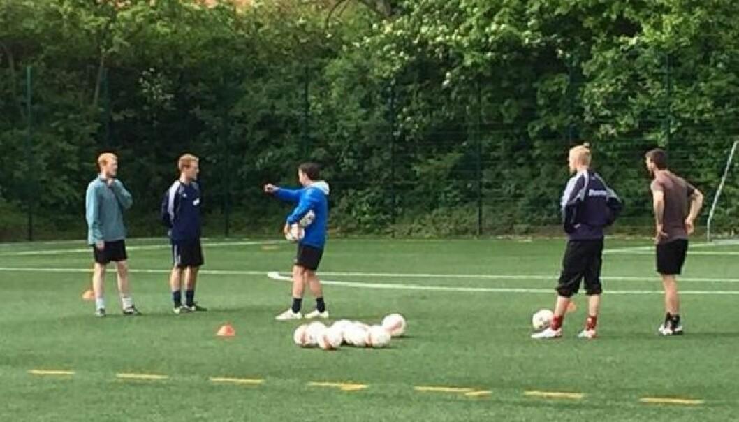 Slik kan en forsker også arbeide i felten: Magni Mohr dirigerer fotballspillere for å vise om lag 100 fotballkyndige forskere og trenere treningsøvelser på bakgrunn av vitenskapelig kunnskap.  (Foto: Thomas Hoffmann)