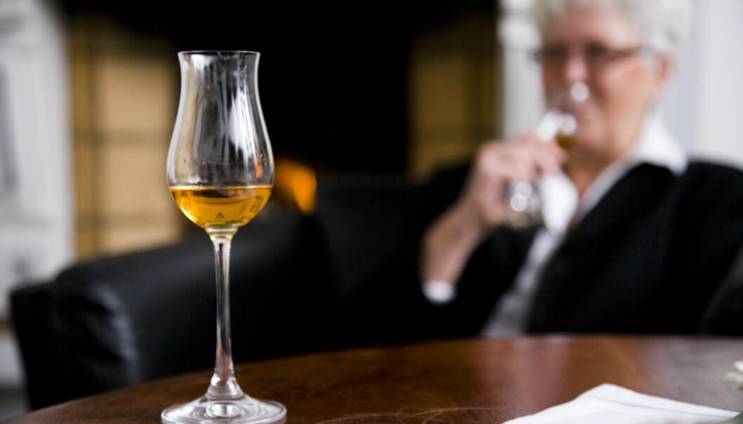 En drink om dagen kan være svakt hjertestyrkende for eldre kvinner, sier en britisk-australsk studie. Alkohol har sterkere giftig virkning på kvinners hjerte enn menns, viser en amerikansk studie. Tross små forskjeller, peker begge studiene på at selv moderat drikking kan være mindre sunt enn noen andre rapporter har hevdet. (Illlustrasjonsfoto: Colourbox.)