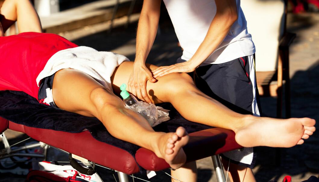 Når du ser for deg en fysioterapeut som en veltrent fyr som masserer og knar en idrettsutøvers muskuløse bein? Han er kanskje muskuløs og macho, men visste du også at han er en omsorgsfull type? (Foto: Microstock)