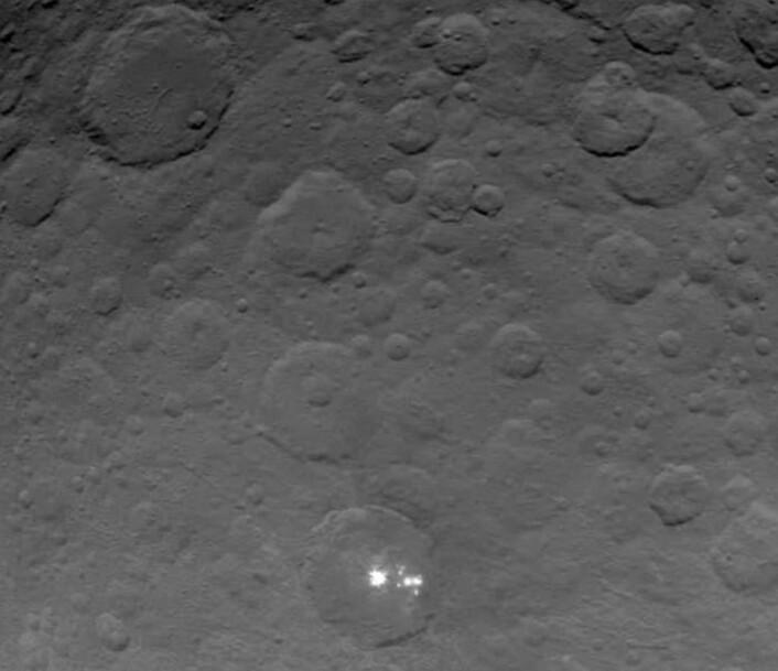 Det beste Dawn-bildet hittil fra dvergplaneten Ceres. Skal vi gjette at det er is som reflekterer så sterkt der nede i det ene krateret? (Bilde: NASA)