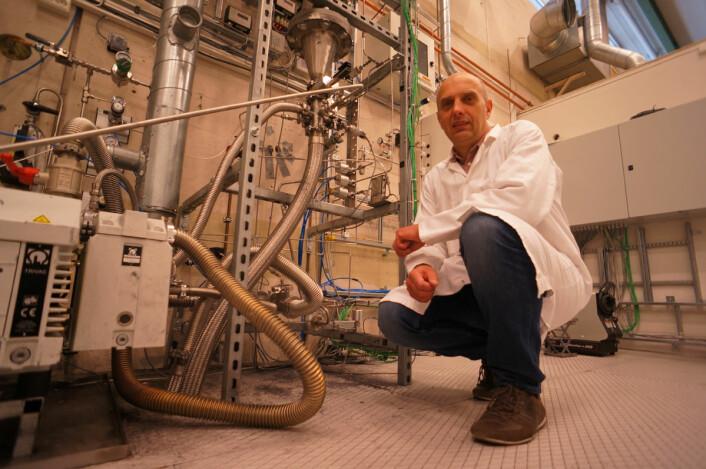 Reaktoren som produserer silisiumpulver utvikles videre på Institutt for energiteknikk. Avdelingsingeniør Hallgeir Klette viser fram røret der silangassen varmes opp, slik at pulveret av silisium felles ut og følger gasstrømmen videre ut av reaktoren. (Foto: Arnfinn Christensen, forskning.no)