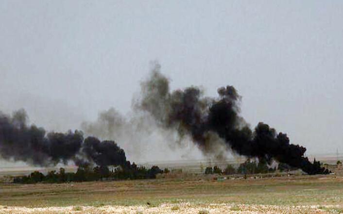 Dette bildet er nettopp offentliggjort av IS på organisasjonens nettsider. Bildet viser svart røyk som velter opp fra kamphandlinger mellom IS og syriske regjeringsstyrker ved veien mellom byene Homs og Palmyra. Torsdag morgen tok IS kontroll over Palmyra.  (Foto: (Skjermdump gjort av nyhetsbyrået AP))