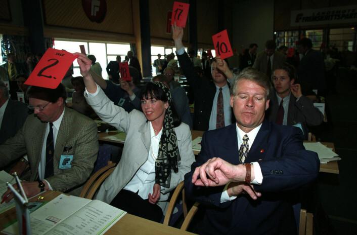 Carl I. Hagen gikk seirende ut av Frps landsmøte på Bolkesjø i 1993. Nestleder Ellen Wibe (til venstre) var en av dem som forsvant ut av partiet. (Foto: Bjørn Owe Holmberg, NTB scanpix)