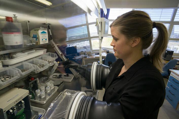Hanne Andersen monterer nye forsøksbatterier med silisiumelektrode på Batteriteknologisenteret til Institutt for energiteknikk. (Foto: Arnfinn Christensen, forskning.no)