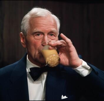 Anders Lange, partileder i Anders Langes parti, under partilederdebatten i NRK før stortingsvalget i 1973. Med eggelikør. (Foto: NTB scanpix)
