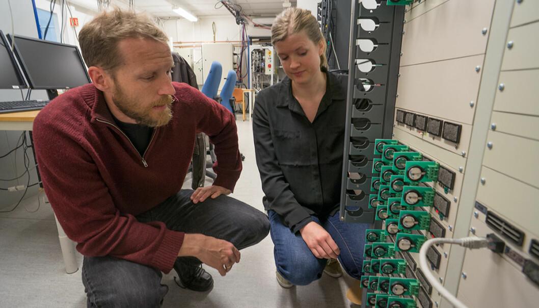 Litium-ionebatterier prøves ut i tusentall på Batteriteknologisenteret ved Institutt for energiteknikk. Avdelingssjef Martin Kirkengen og forsker Hanne Andersen diskuterer forsøkets gang. (Foto: Arnfinn Christensen, forskning.no)