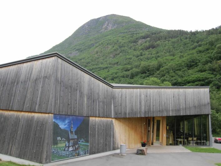 Bygningens design gir variasjoner i fasadens farge. Besøkssenteret ved Borgund stavkirke i Lærdal i Sogn og Fjordane. (Foto: Lone Ross Gobakken, Skog og landskap)