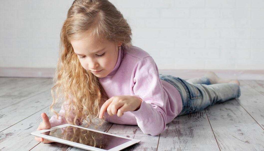 Unger skriver vesentlig raskere på nettbrett enn de gjør med blyant og papir. Rettskrivingen er omtrent like god, viser en ny norsk studie.  (Foto: Microstock)