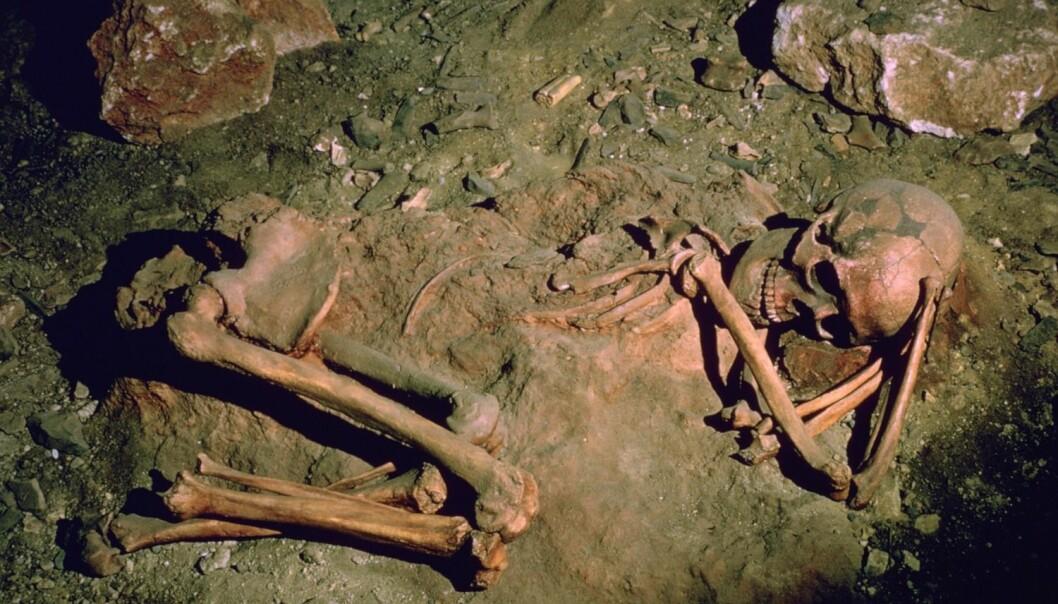 En 25-30 år gammel begravd kvinne i en fransk hule. Hun skal ha levd for rundt 3000 år siden. (Foto: CM Dixon/Heritage)