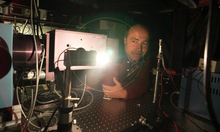 Jarle Gran arbeider for å standardisere lyskilder som blant annet brukes til å spore gasser, for eksempel ozon i atmosfæren. (Foto: Arnfinn Christensen, forskning.no)