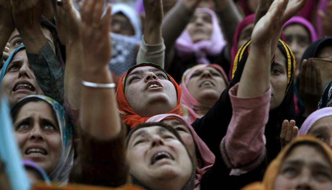 Skal vi forstå hva religion gjør med mennesker, og mennesker med religion, må vi også kjenne deres historie og konkrete livsvilkår, skriver kronikkforfatteren. Bildet viser muslimske kvinner under festivalen Meeraj-un-Nabi i India 17. mai 2015.  (Foto: Reuters/Sanish Ismai)