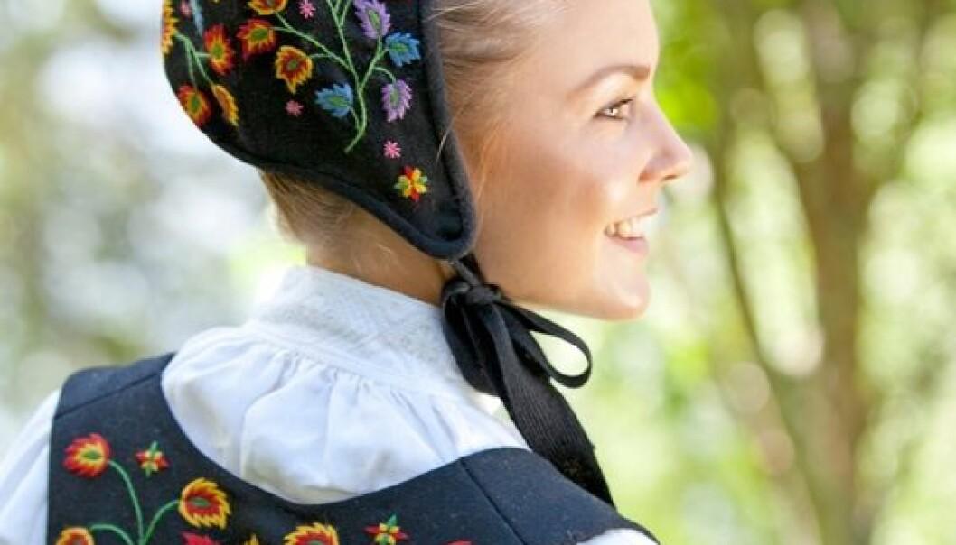 Mønsteret til Valdresbunaden, Norges første bunad, var tatt fra en brodert fløyelslue fra 1700-tallet. Broderiet ble kopiert over til en lue i ull til bunaden, og det samme mønsteret ble brukt på liv og forkle. (Foto: Laila Duran/Duran Publishing)