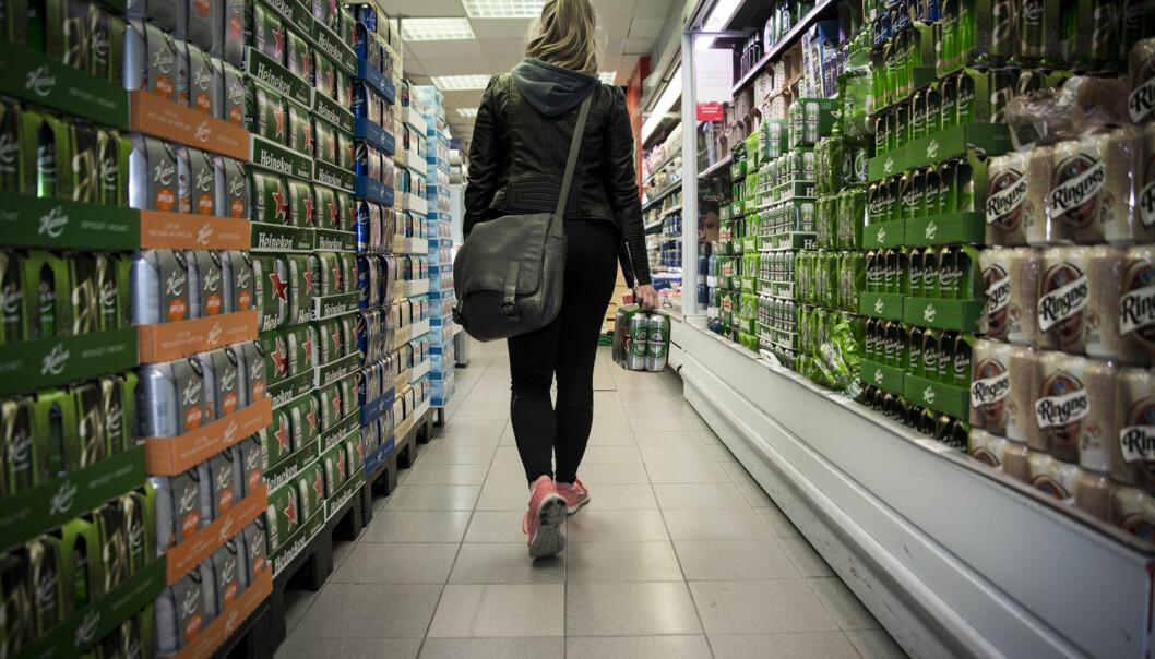 Mange butikker er slepphendte med salg av øl og andre alkoholholdige drikkevarer til mindreårige. (Illustrasjonsfoto: Torbjørn Brovold, BI)