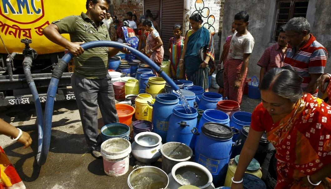 Innbyggerne i slummen i Kolkata (Tidligere Calcutta) henter vann fra vannbiler. (Illustrasjonsfoto: Rupak De Chowduri/Reuters)