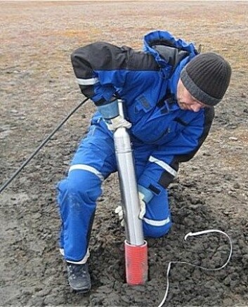 Volker Oye henter opp geofonene som har lyttet etter mikrosprekker. (Foto: Norsar)