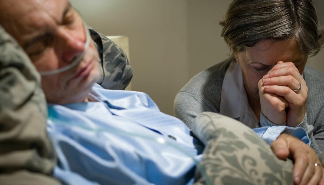 Feildiagnostikk får ikke bare konsekvenser for pasienten; det er også en enorm påkjenning for de pårørende. Ulike oppfatninger om hvor bevisst pasienten faktisk er, kan skape konflikter mellom de pårørende og fagpersoner. (Foto: Microstock)