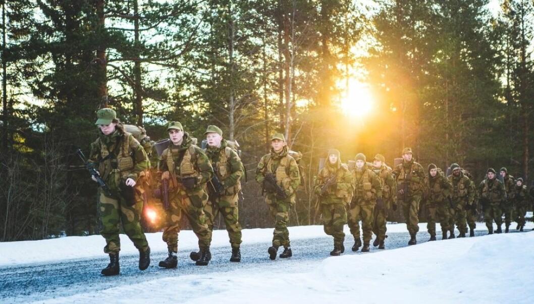 Forsvaret krever både maskuline og feminine roller og oppgaver av soldatene. (Foto: Mats Grimsæth, Forsvaret)