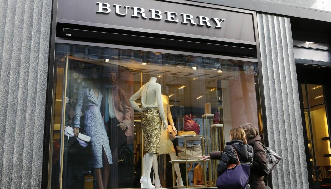Mange drømmer om en veske eller noe annet fint fra Burberry eller et annet luksusmerke. Men ville du kjøpt dyre merkevarer av en butikkmedarbeider som møter deg med et kjølig, avvisende blikk? Du ville uansett angret i etterkant, ifølge kanadiske forskere. (Foto: Microstock)