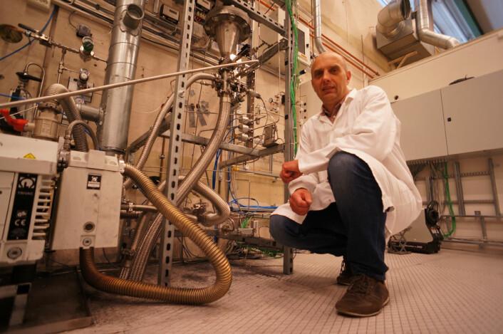 Avdelingsingeniør Hallgeir Klette foran Fluidized Bed-reaktoren som utvikles på Institutt for energiteknikk på Kjeller. Denne teknologien er alt i bruk, men forbedres i samarbeid med industrien. (Foto: Arnfinn Christensen, forskning.no)