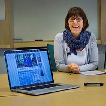 Universitetslektor Laila Oskarsson synes det er rart å høre sin egen stemme digitalisert, men er svært fornøyd med det nye dataprogrammet som gjør at all elektronisk tekst på nordsamisk nå kan bli lest av en datamaskin. (Foto: Stig Brøndbo)