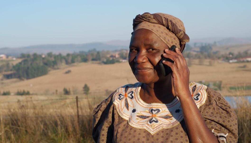 Mobiltelefon er nå like vanlig blant folk i Nigeria som i USA. Det samme er tilfelle i Sør-Afrika, der dette bildet er hentet fra. (Foto: Alistair Cotton, NTB scanpix)
