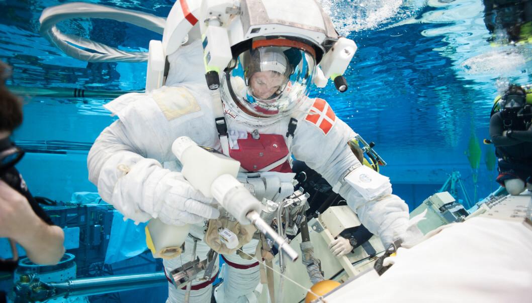 På grunn av overtrykket inne i romdrakten er det tungt å trene på romvandringer i Nasas tolv meter dype basseng i Neutral Buoyancy Laboratory, Houston, USA.  (Foto: ESA)