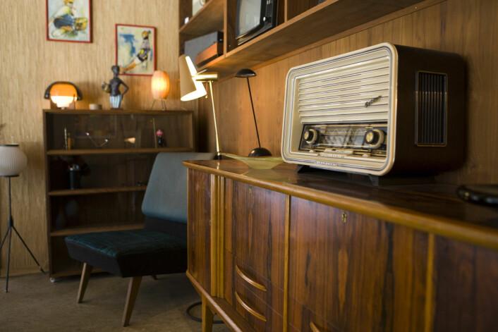 På 60-tallet våknet en del designere og reagerte på bruken av langreist treverk som teak og diverse edeltresorter. Nå er møblene og designen en del av retrobølgen, her med detaljer fra kaffe- og cocktailbaren Fuglen i Oslo. Den holder til i en opprinnelige kaffe- og tebutikk fra 1963.  (Foto: Berit Roald, NTB scanpix)