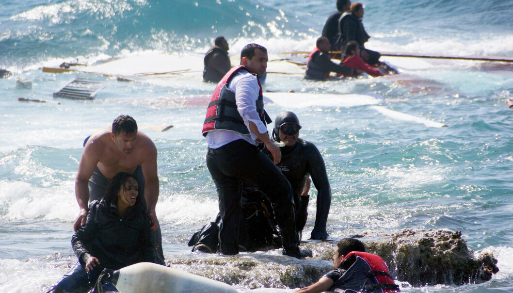 Flere tusen flyktninger har druknet i Middelhavet i forbindelse med flyktningstrømmen i området. Dette bildet ble tatt da en båt med flyktninger sank utenfor den greske øya Rhodos i april.  (Foto: Argiris Mantikos, AP/NTB scanpix)