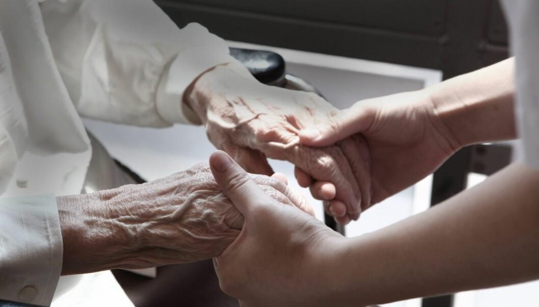 Det er liten nytte i flere hender i eldreomsorgen hvis de ansatte ikke kan gi nødvendig og god nok helsehjelp. Det mener forsker Pia Bing-Jonsson. (Foto: Hartmut Schwarzbach, Samfoto Argus/NTB scanpix)