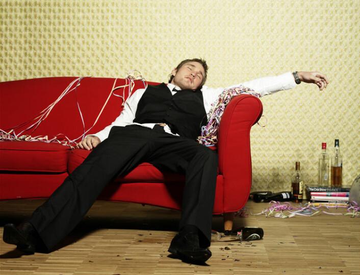 FULL FAR: Tall fra Helseundersøkelsen i Nord-Trøndelag viser at halvparten av tenåringsfedrene månedlig drakk minst fem alkoholenheter ved samme anledning, og en av fire tenåringsfedre har vært sterkt beruset i løpet av de siste fire uker. (Illustrasjonsfoto: Colourbox)
