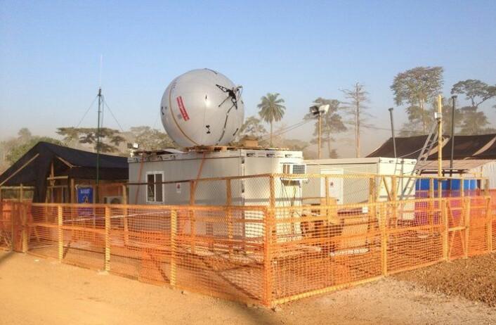 Det belgiske feltlaboratoriet B-LiFE med antenne for satellittkommunikasjon på taket ved et behandlingssenter for ebola i Guinea. (Foto: ESA)