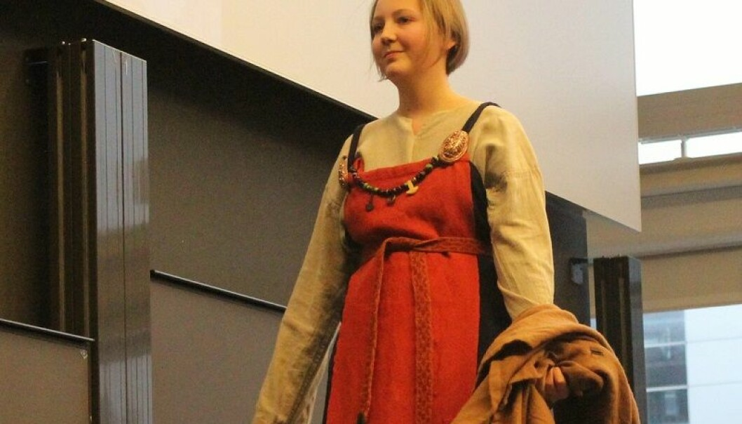 En komplett kvinnedrakt i en av vikingtidens mest populære farger, nemlig rød. Skålspenner holder kjolen oppe. Denne typen spenner gikk av moten midtveis i vikingtiden.  (Foto: Johan Skov Andersen)